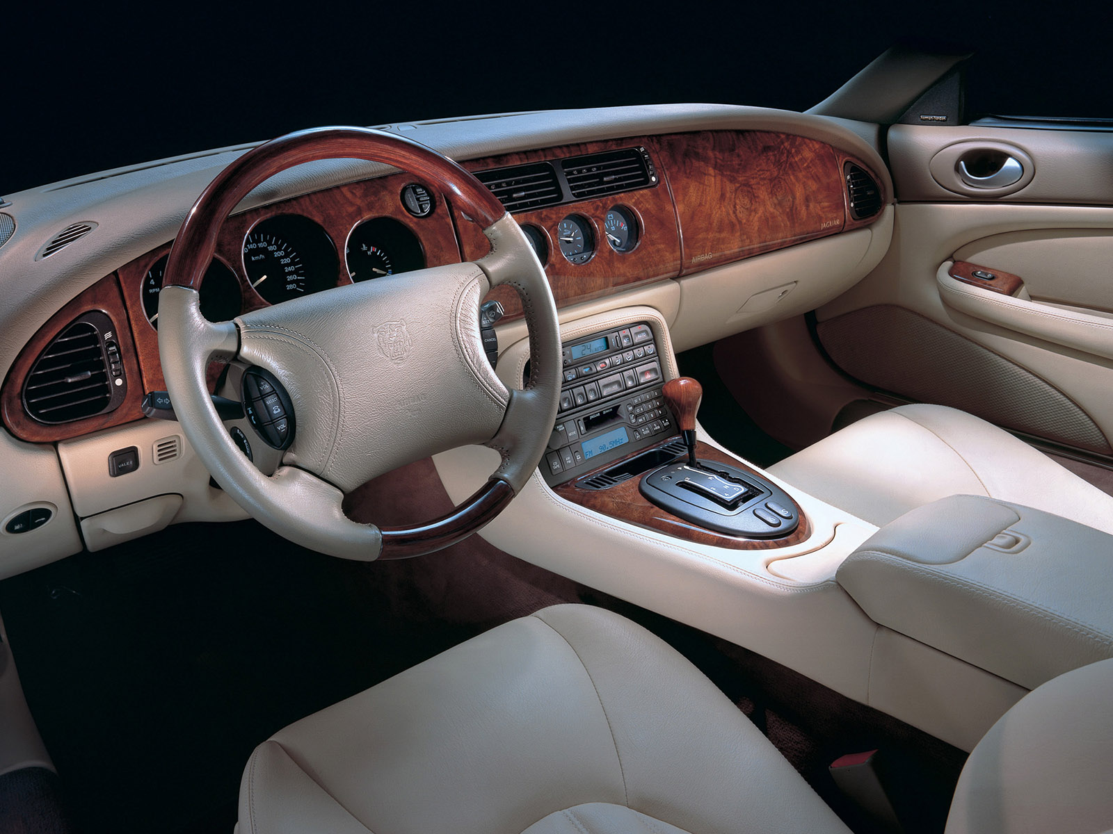1998_Jaguar_XKR_coupé_interior
